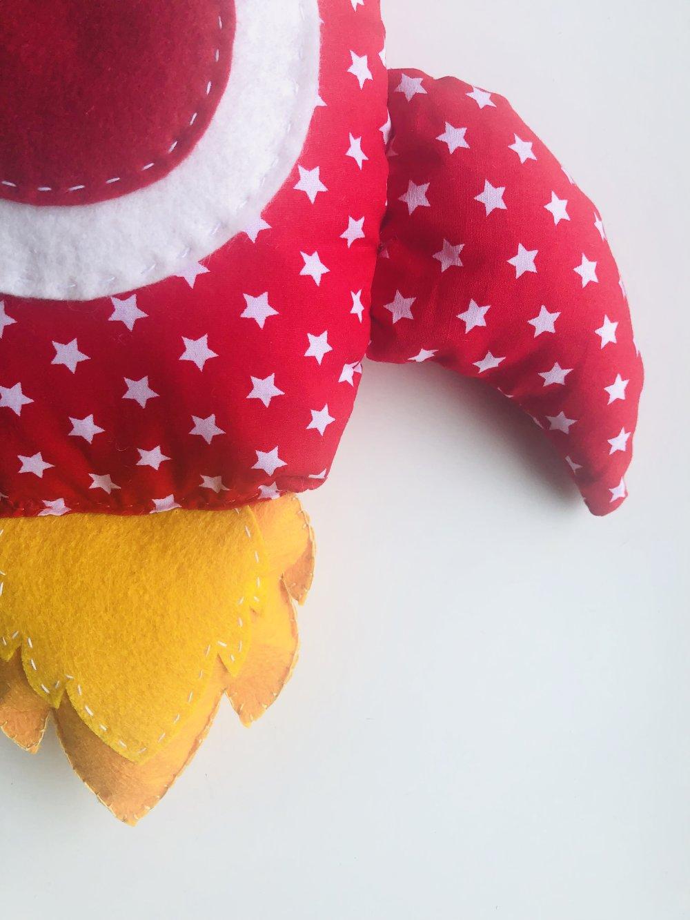 """Coussin-peluche """"Fusée Etoile Rouge"""", idéal cadeau pour les grands et les petits."""