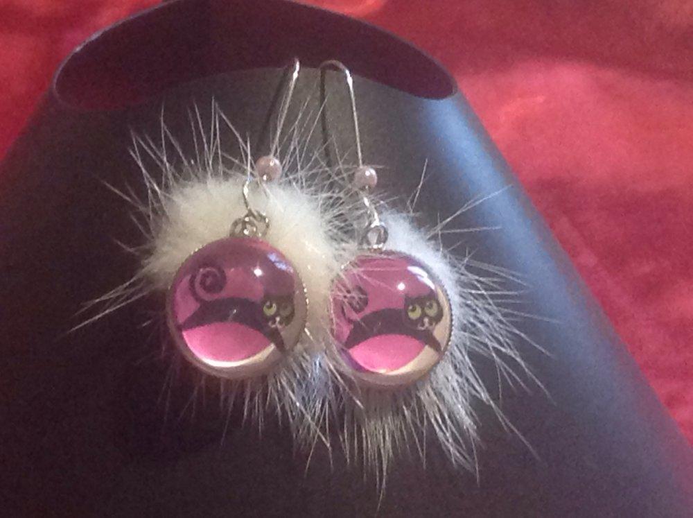 Boucle d'oreille cabochon chat et pompon