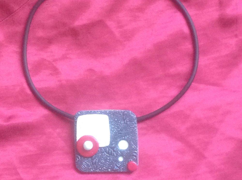 Collier pendentif carré gris