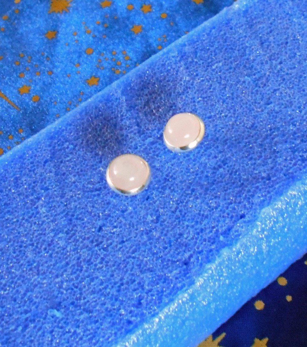 Paire de boucles d'oreilles clous en alliage argent/laiton avec quartz roses.