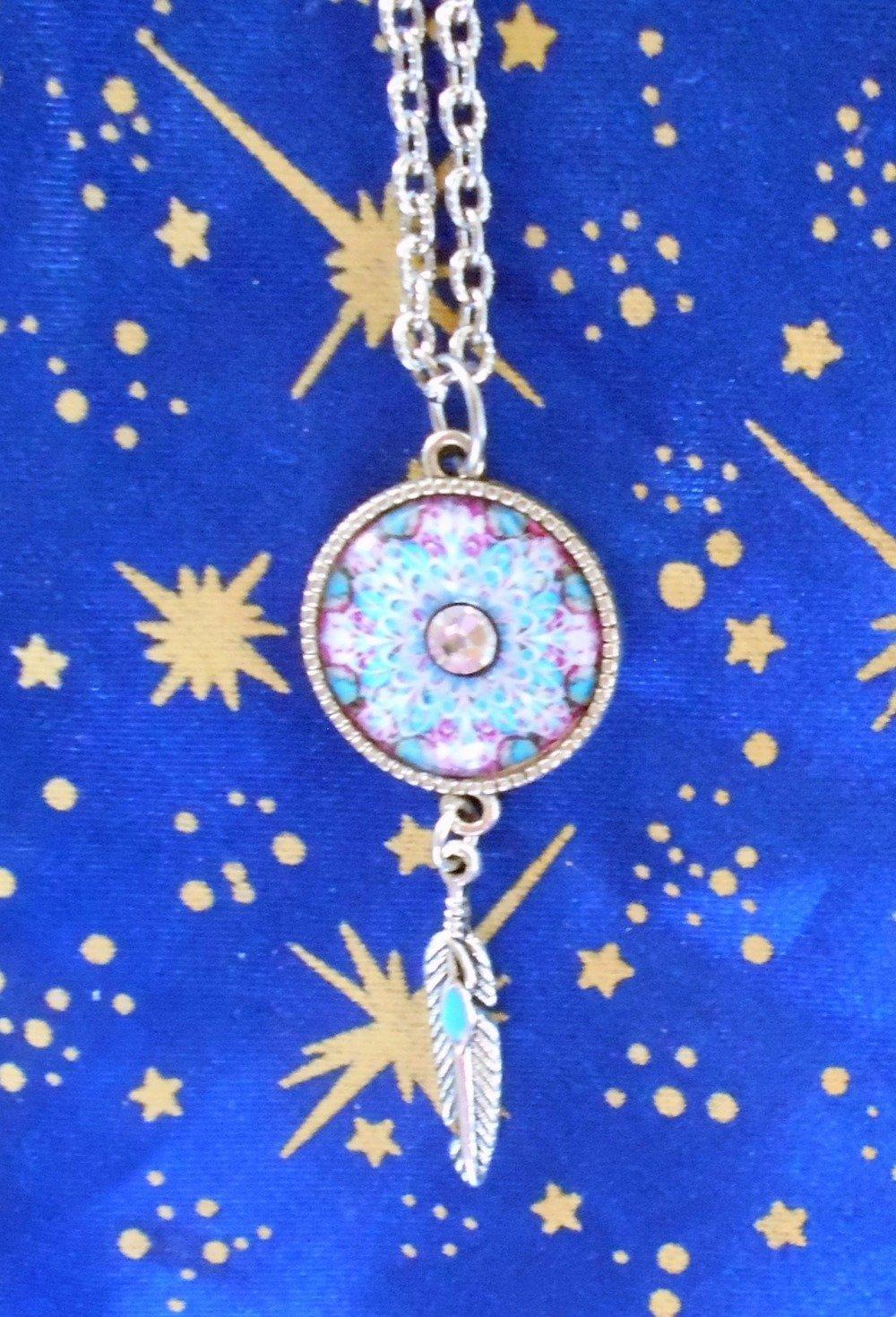 Pendentif en alliage argent/étain, motif plumes, avec dot's image motif mandala tons turquoise et fuchsia de 20mm de diamètre.