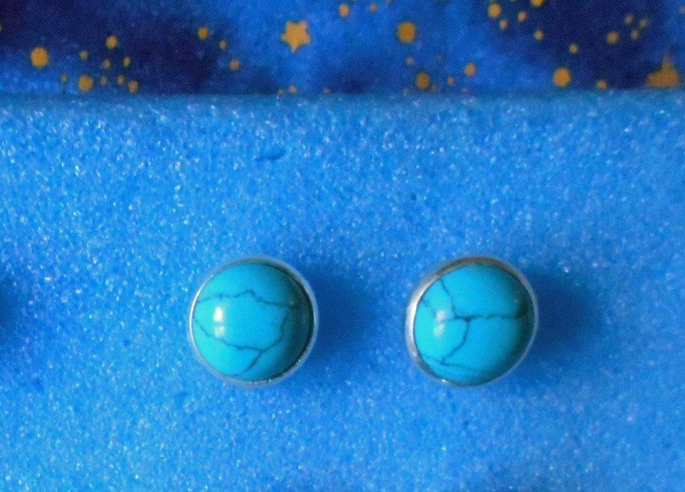 Paire de boucles d'oreilles clous en alliage argent/laiton avec turquoises de 12mm de diamètre..