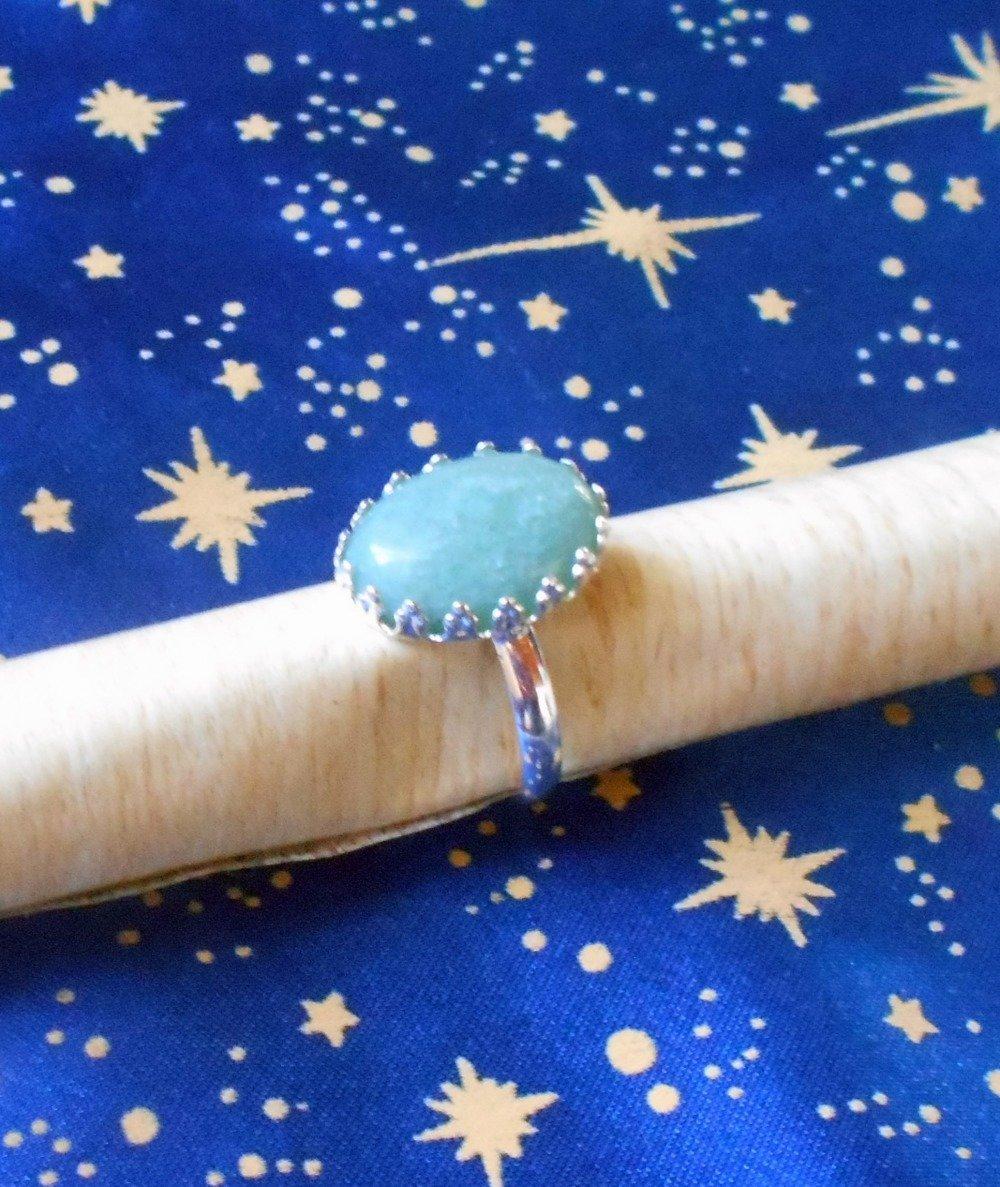 Bague en alliage argent/laiton, motif fleurs de lys, avec une pierre de jade sertie de 13x18mm.