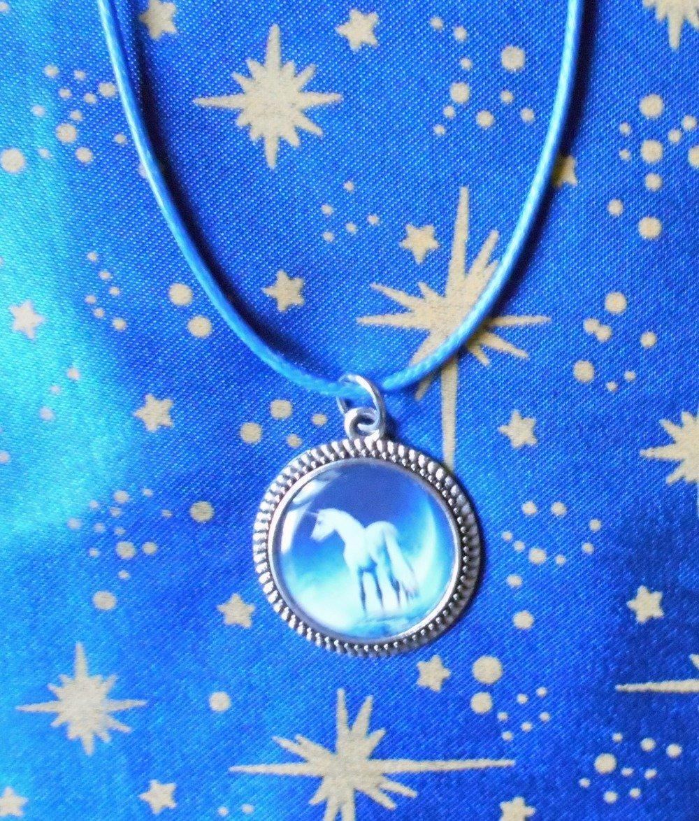 Médaillon en alliage argent/étain avec dot's image licorne blanche sur fonds bleu marine diamètre 20mm.