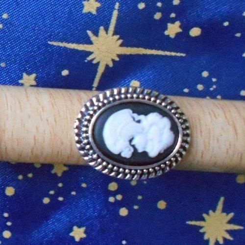 Bague en alliage argent/étain, style rétro, avec un camée en résine victorienne blanche sur fonds noir.