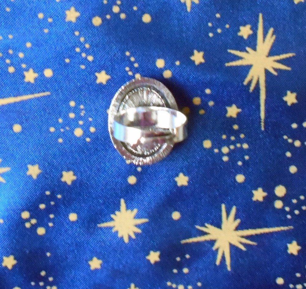 Bague en alliage argent/étain, style rétro, avec un camée en résine victorienne blanche sur fonds mauve.