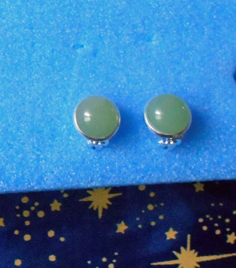 Boucles d'oreilles clips en alliage argent/laiton avec des pierres de jade de 12mm de diamètre.