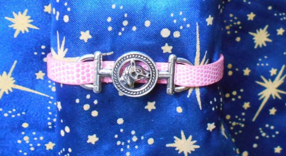 Bracelet en simili cuir rose avec tête de cheval en alliage argent/étain.