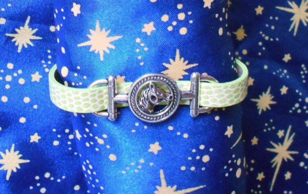 Bracelet en simili cuir vert pâle avec tête de cheval en alliage argent/étain.
