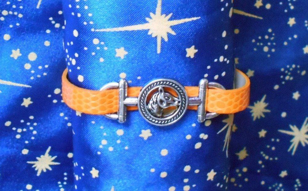 Bracelet en simili cuir orange avec tête de cheval en alliage argent/étain.