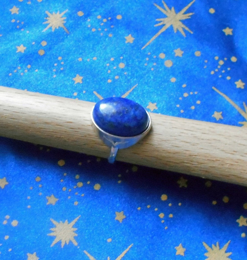 Bague non ajustable poinçonnée en alliage argent/étain, taille 52, avec un lapis-lazuli de 13x18mm.