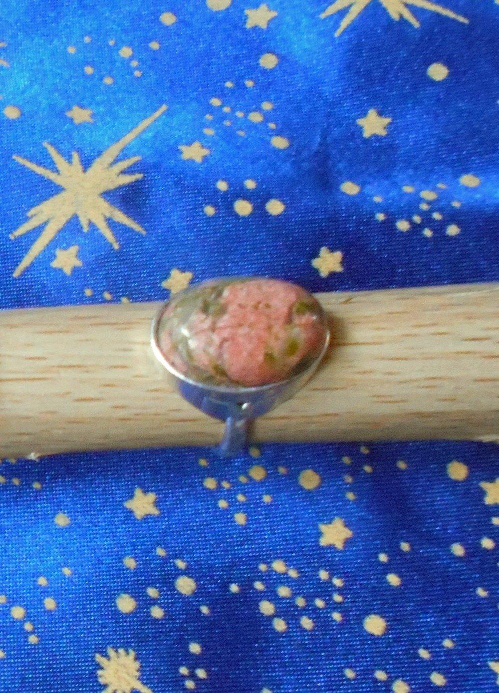 Bague non ajustable poinçonnée en alliage argent/étain, taille 52, avec une pierre d'Unakite de 13x18mm.