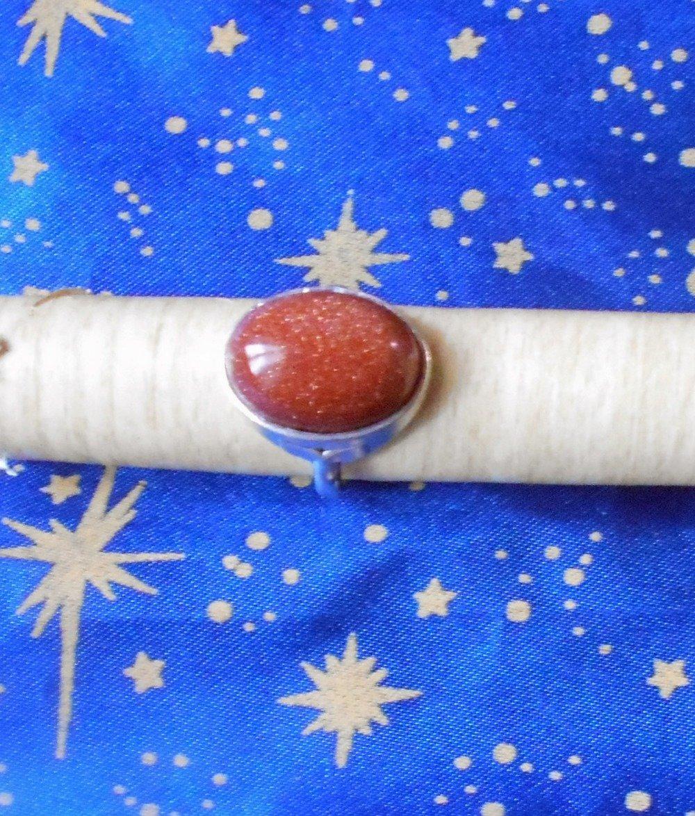 Bague non ajustable poinçonnée en alliage argent/étain, taille 52, avec une pierre de soleil marron scintillant.