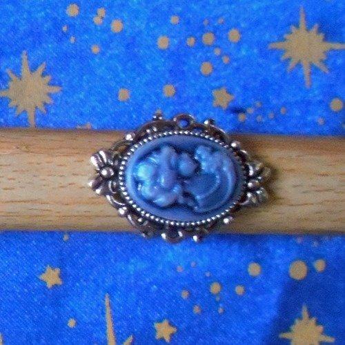 Bague en alliage argent/étain, motif noeuds, avec camée en résine victorienne bleue.