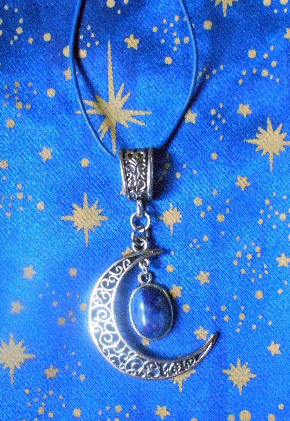 Pendentif en alliage argent/étain, forme lune, avec une sodalite de 10x14mm en provenance de Russie.