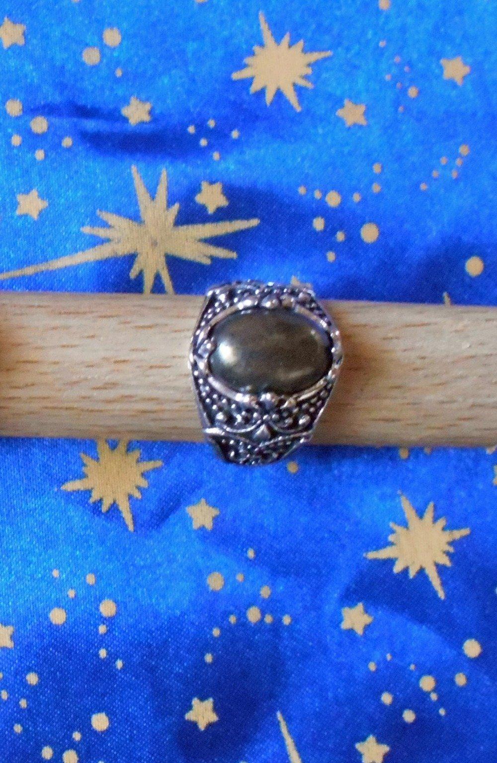 Chevalière en alliage argent/étain, motif fleur de lys, avec une pyrite sertie de 10x14mm.