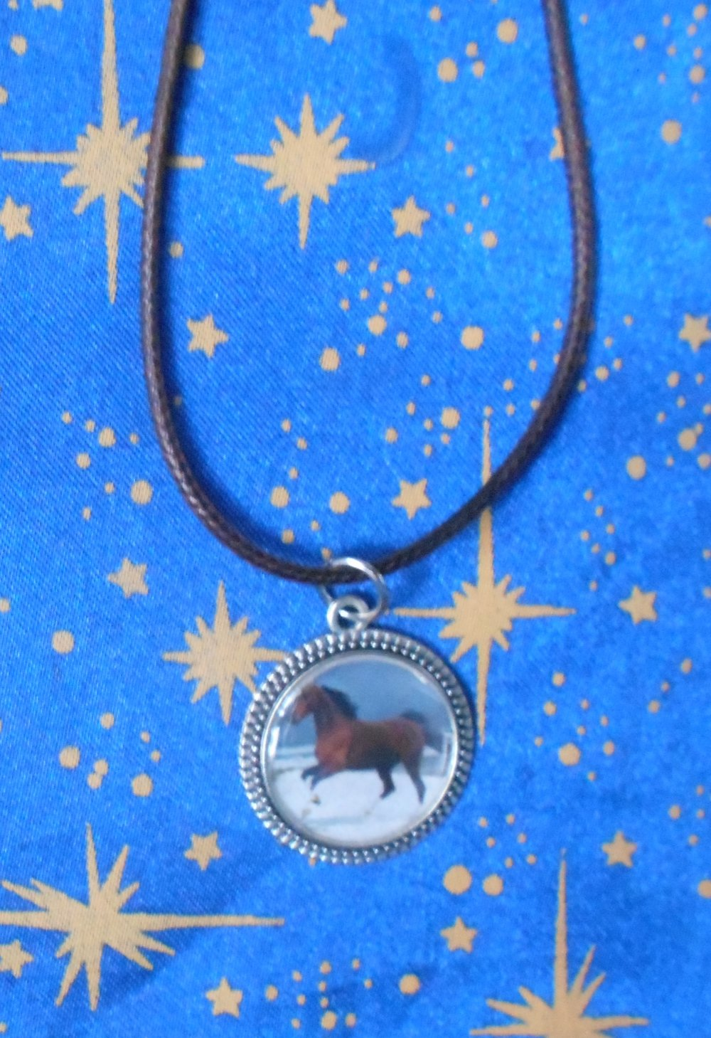 """Médaillon en alliage argent/étain avec dot's image cheval marron galopant sur fonds """"océan"""" de 20mm de diamètre."""