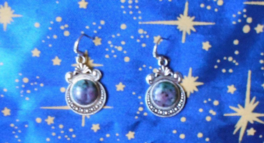 Boucles d'oreilles en alliage argent/étain, style oriental, avec des rubis fuschite de 12mm en provenance de Russie.