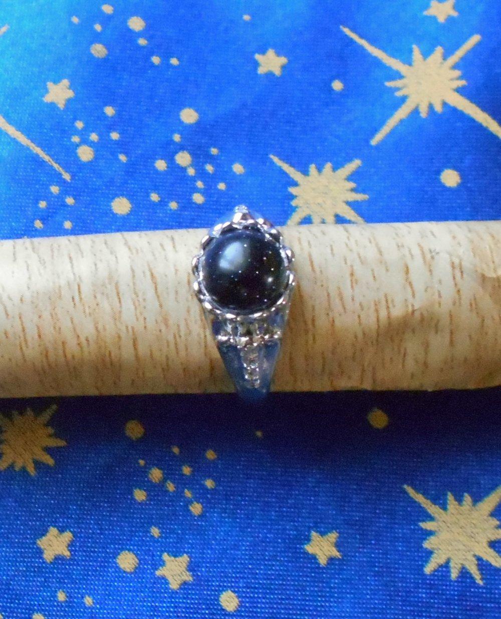 Petite bague stylée en alliage argent/laiton avec une pierre de soleil bleu marine de 8mm de diamètre et strass.