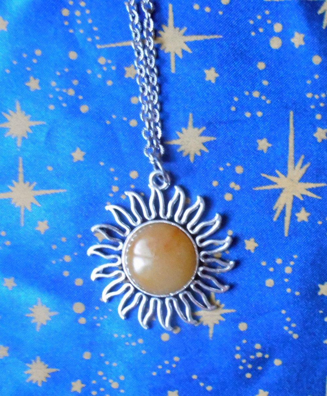 Pendentif en alliage argent/étain, forme soleil, avec une agate jaune orangé de 20mm de diamètre.