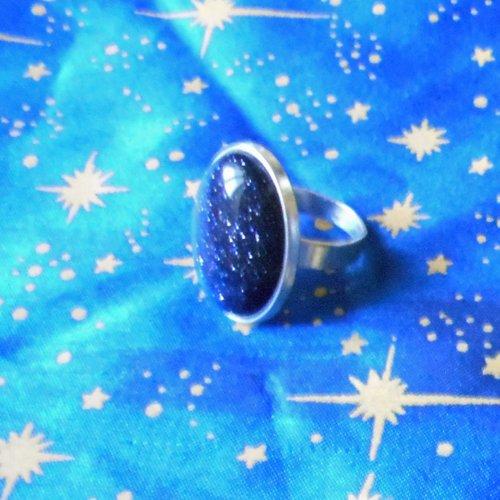 Grosse bague en alliage argent/étain avec une pierre de soleil bleu marine de 18x25mm.