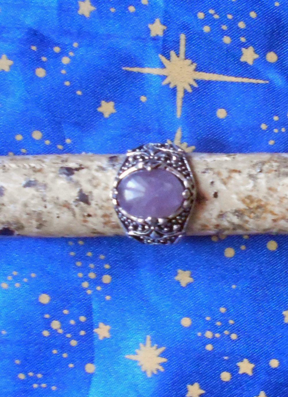 Chevalière en alliage argent/étain, motif fleur de lys, avec une améthyste sertie de 10x14mm.