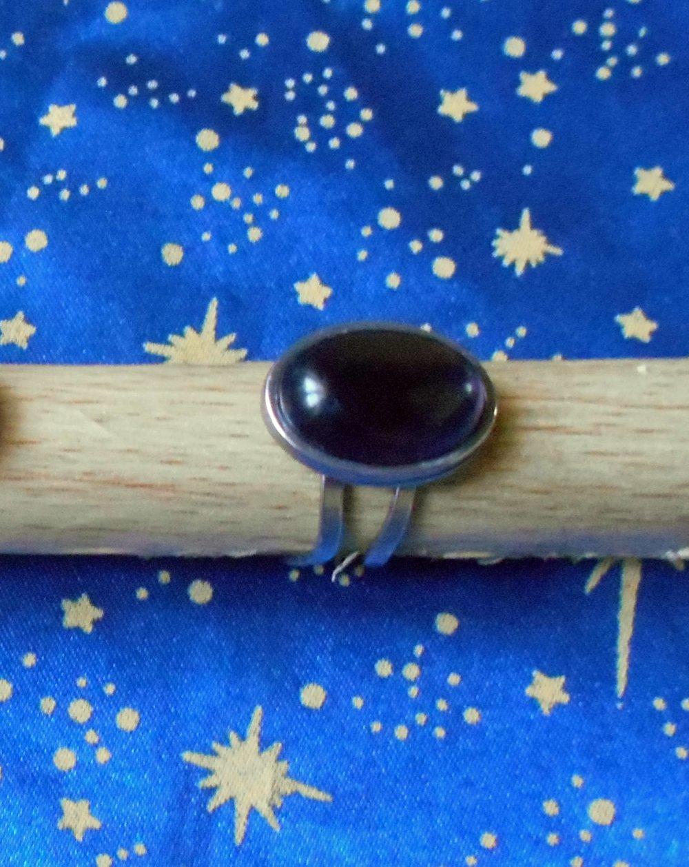 Bague ajustable en alliage argent/étain avec une améthyste violette de 13x18mm en provenance de Russie.