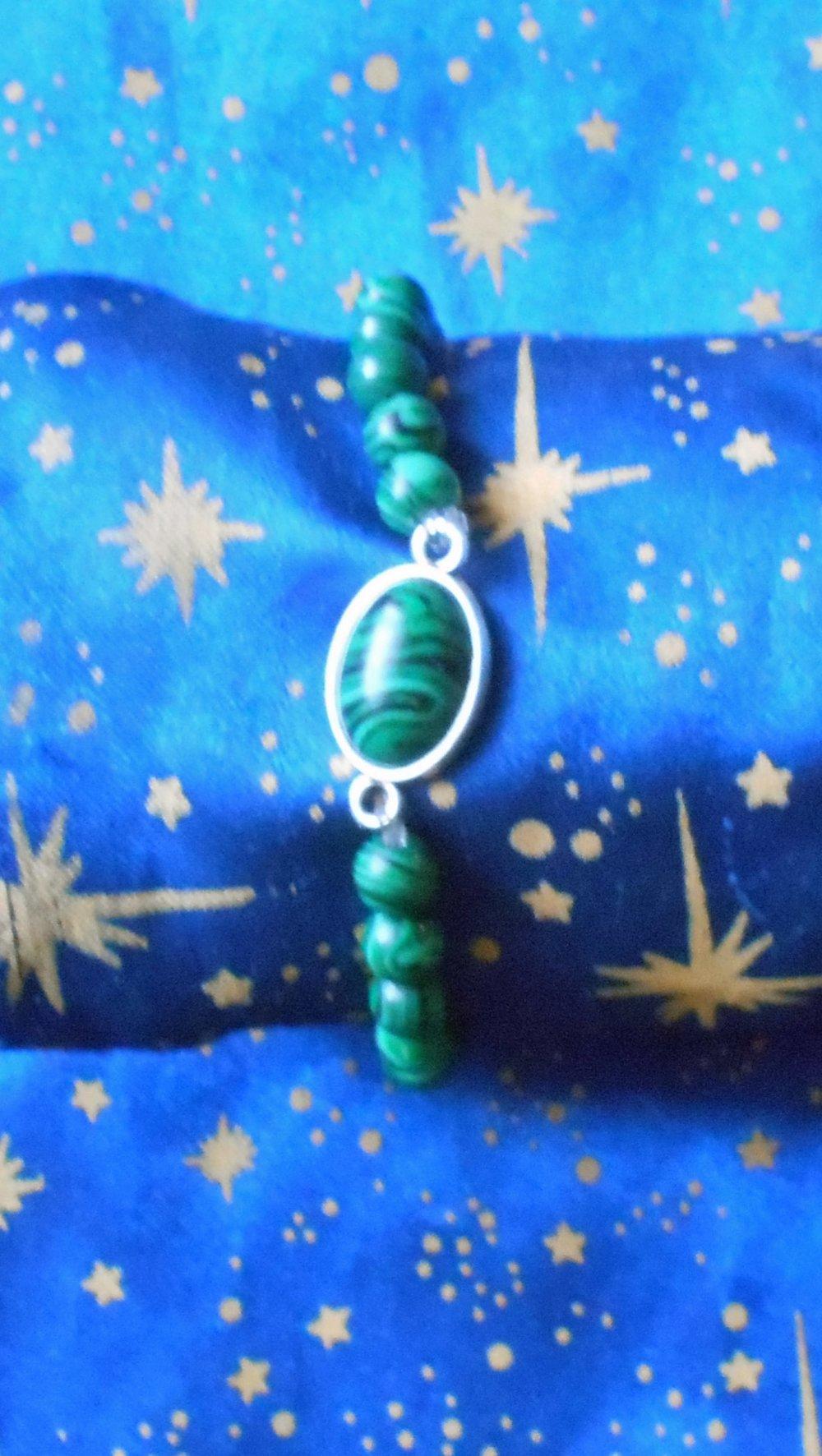 Bracelet en alliage argent/étain avec malachite de 10x14mm et perles en malachite véritables en provenance de Russie.