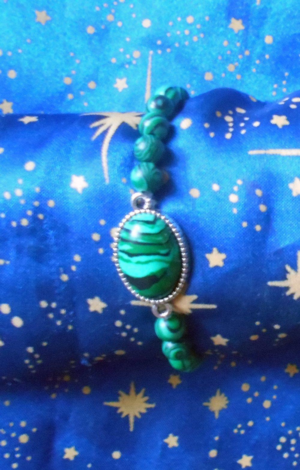 Bracelet en alliage argent/étain avec malachite de 13x18mm et perles en malachite véritables en provenance de Russie.