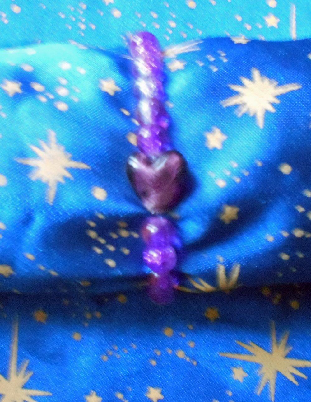 Bracelet en perles de verre craquelées avec coeur en résine violet.