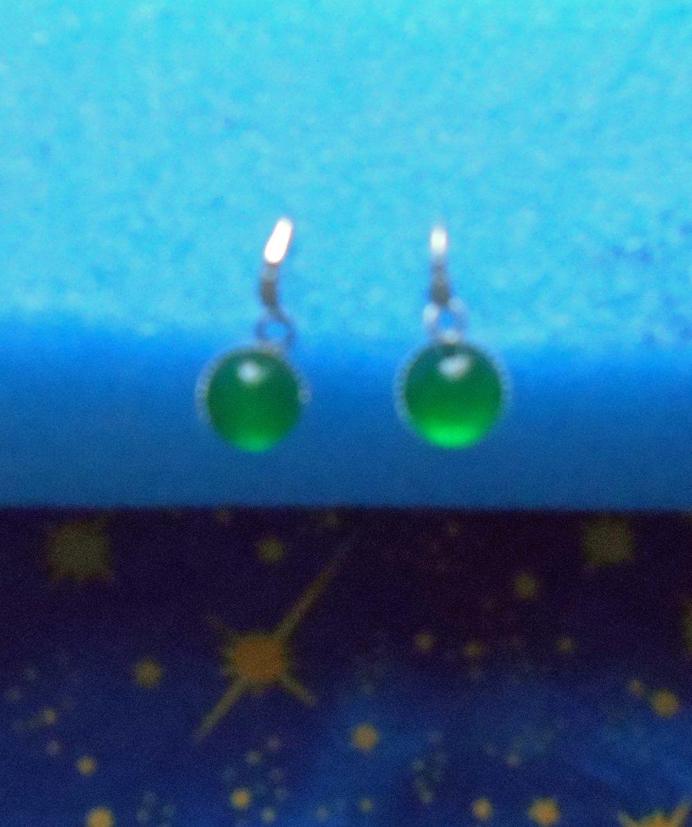 Petites boucles d'oreilles en alliage argent/laiton avec des agates vertes de 10mm de diamètre en provenance de Russie.