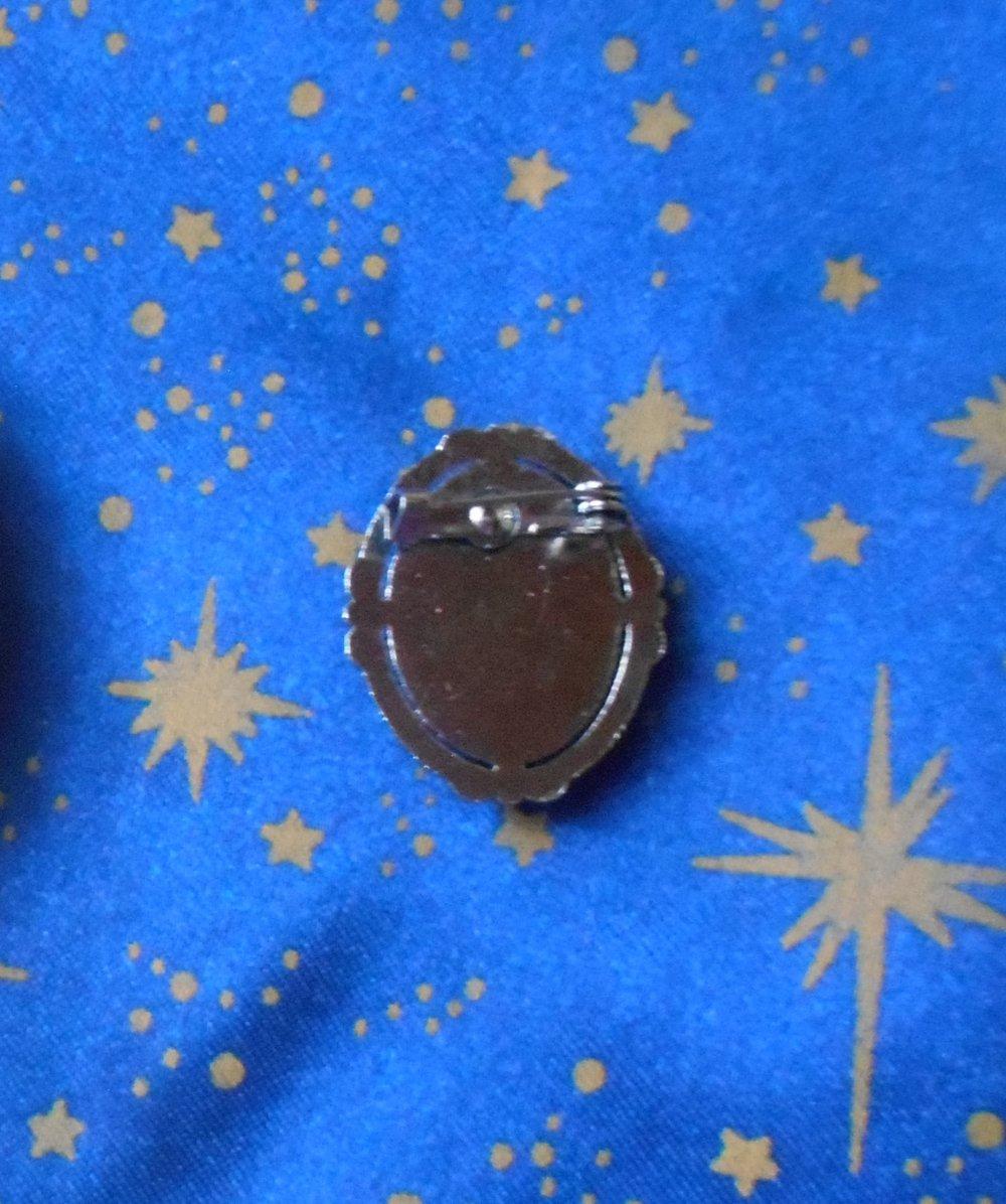 Broche en alliage argent/étain avec camée en résine victorienne grise de 13x18mm.