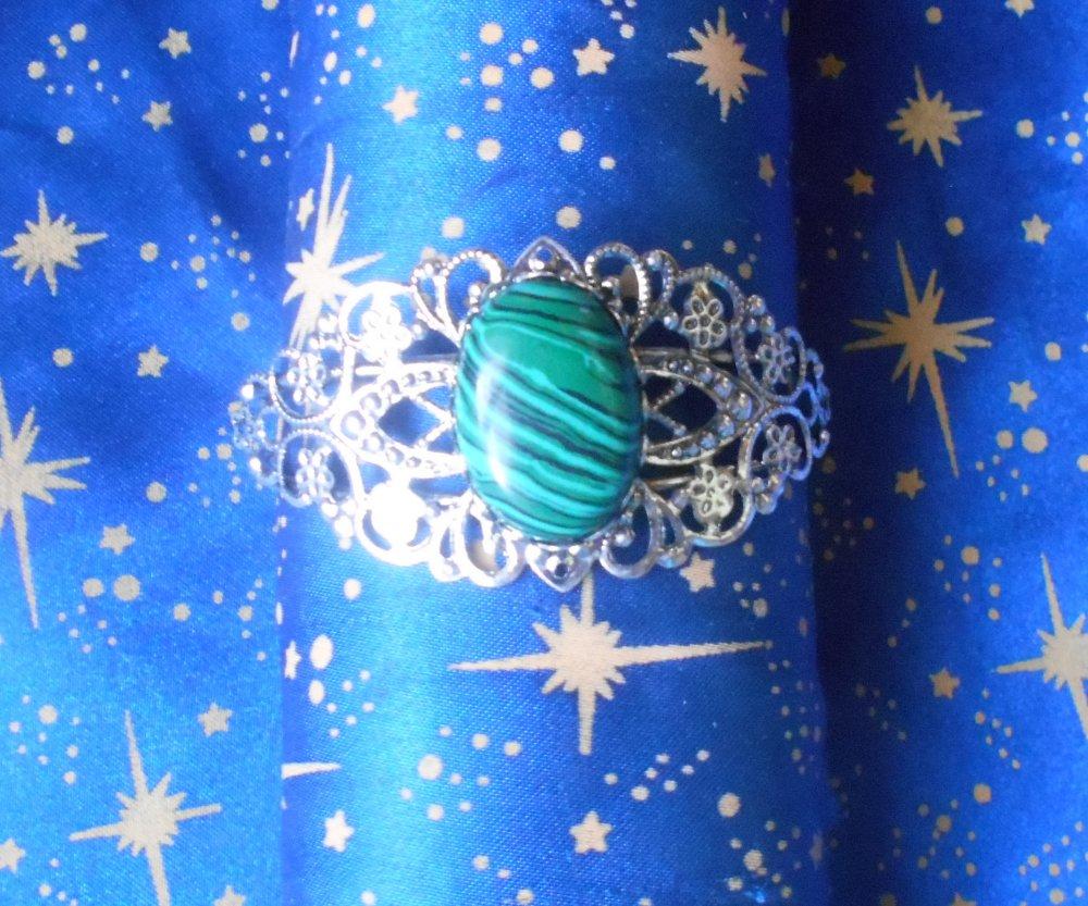 Bracelet souple ciselé en alliage argent/étain avec une malachite de 18x25mm en provenance de Russie.