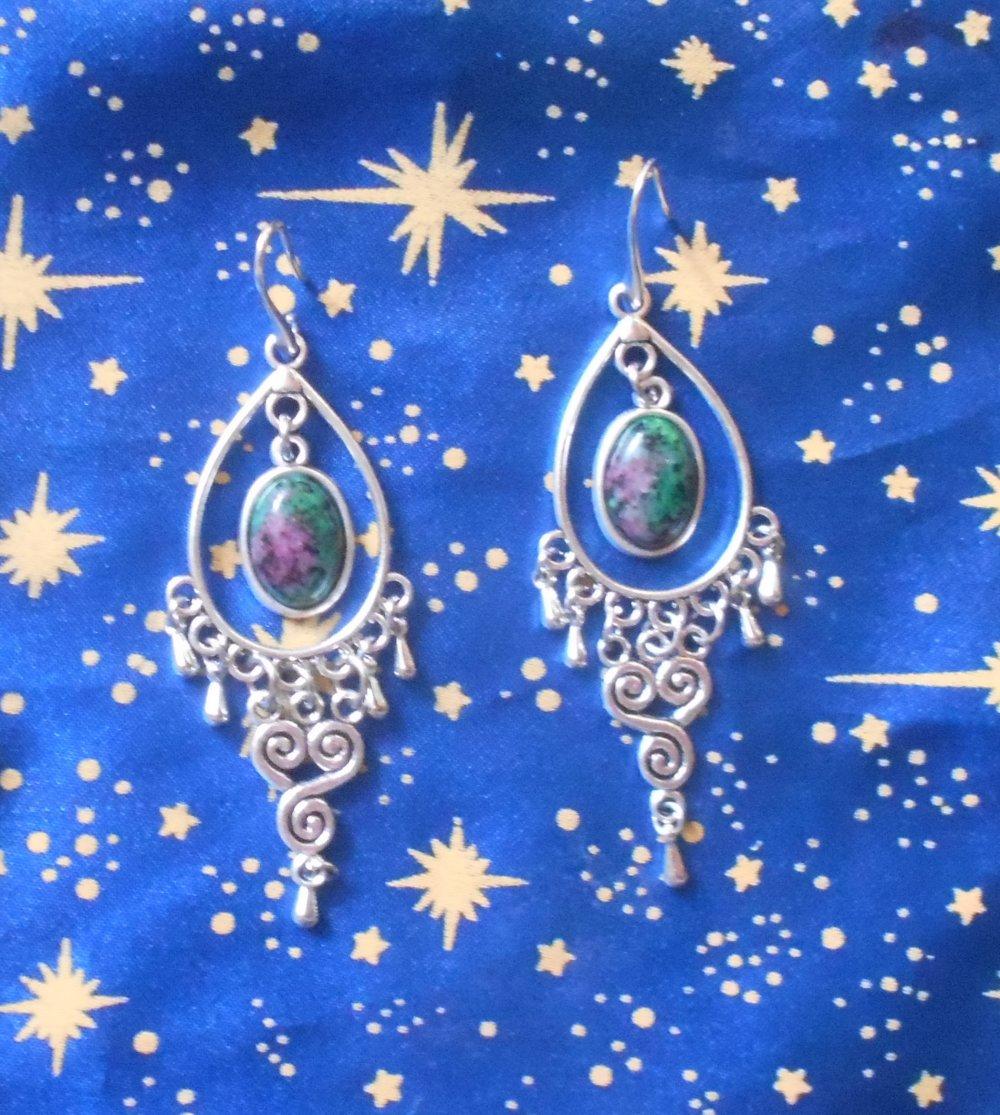 Boucles d'oreilles en alliage argent/étain, style celtique, avec rubis fuschite de 10x14mm en provenance de Russie.