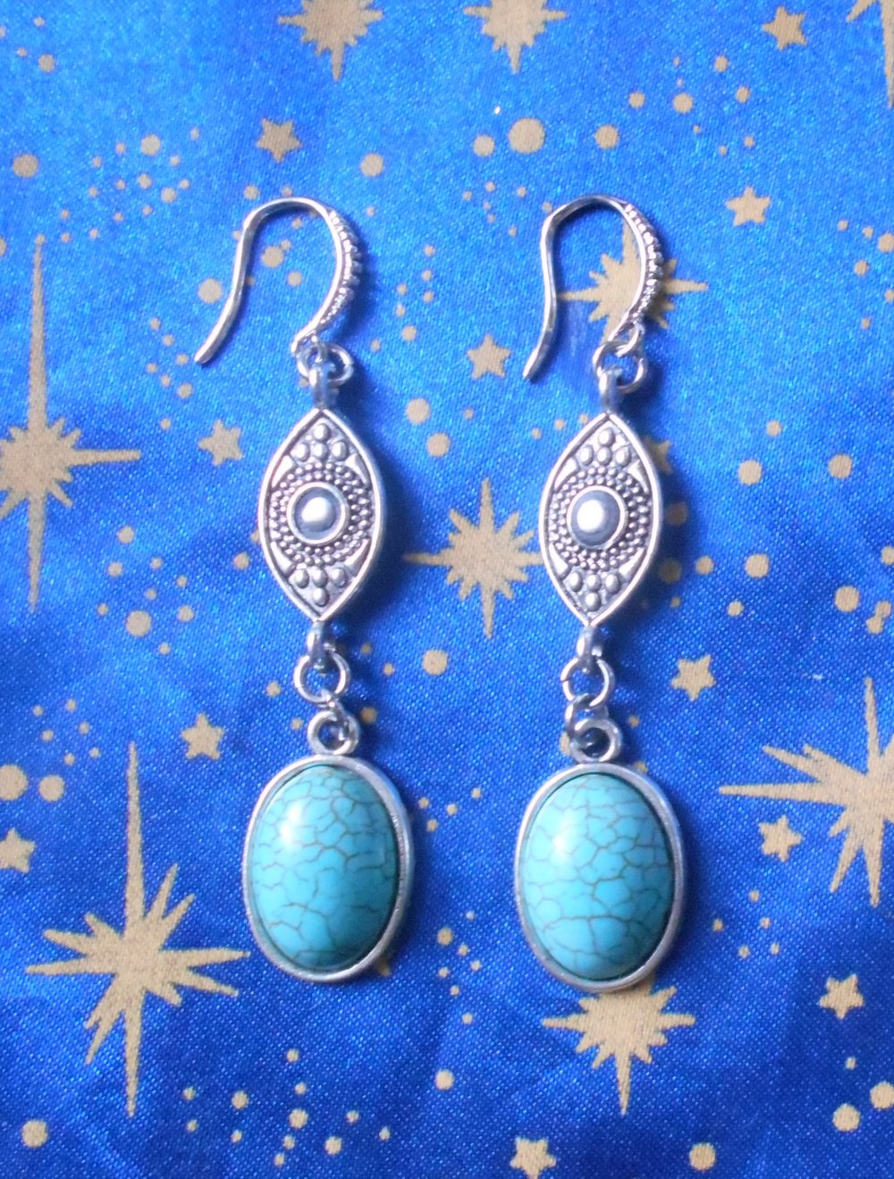 Boucles d'oreilles en alliage argent/étain, motif osiris, avec des turquoises de 13x18mm.