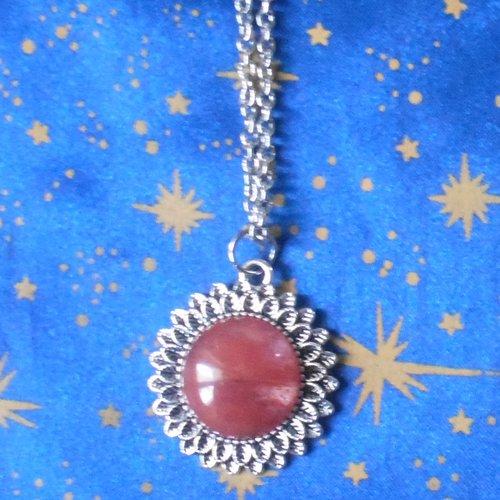 Pendentif en alliage argent/étain, forme marguerite, avec un quartz cerise de 20mm de diamètre.