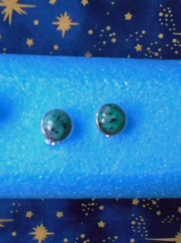Paire de boucles d'oreilles clips en alliage argent/laiton avec des rubis fuschite de 12mm tons prune et vert.