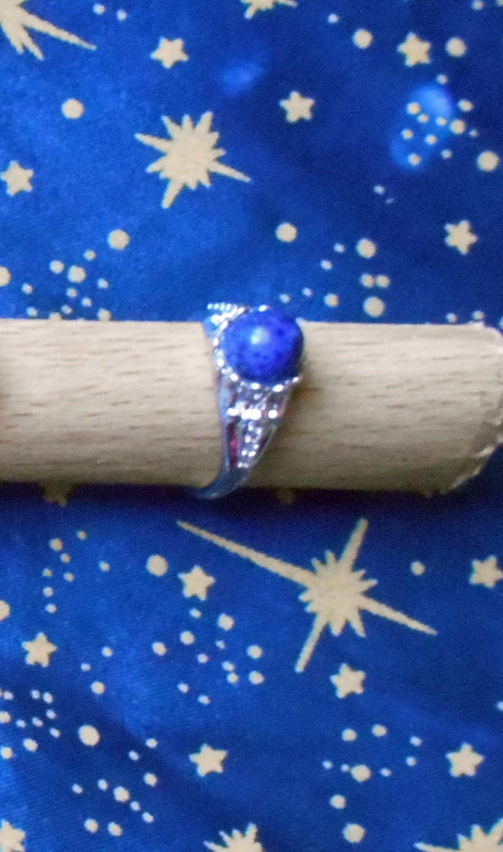 Petite bague stylée en alliage argent/laiton avec un lapis-lazuli de 8mm et strass.