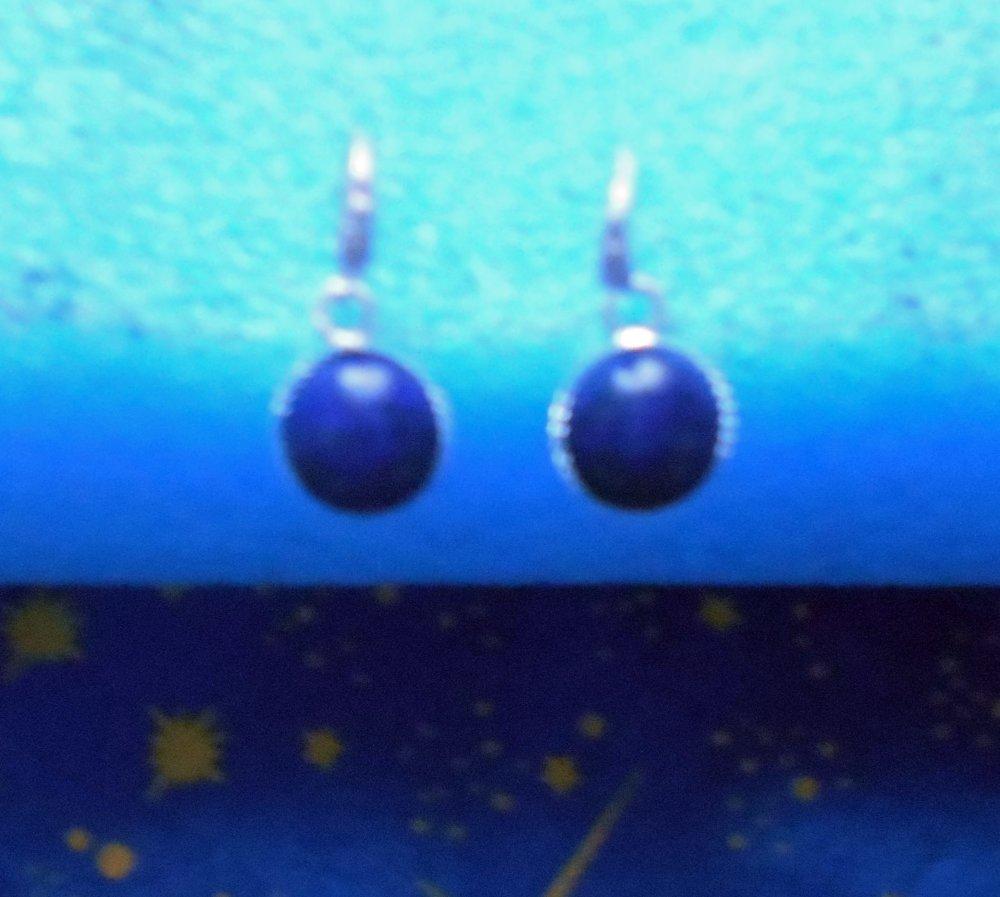 Petites boucles d'oreilles en alliage argent/laiton avec lapis-lazuli de 10mm de diamètre en provenance de Russie.
