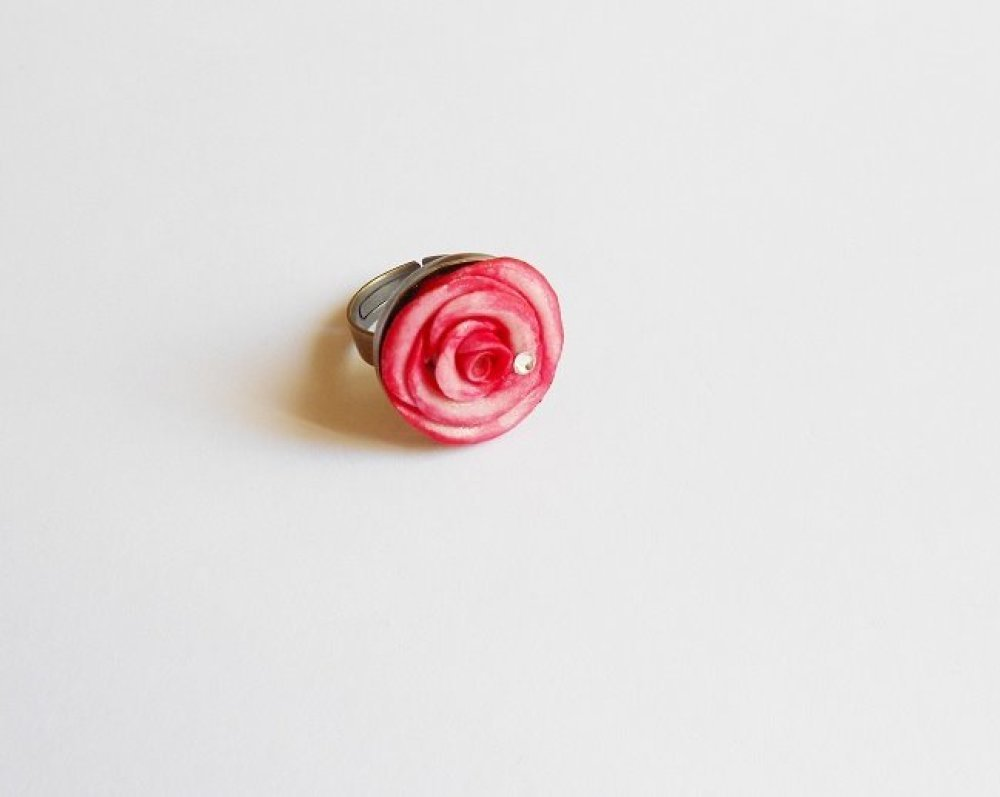 bague rose rose en porcelaine froide sur support en métal bronze