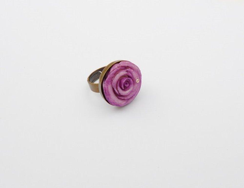 bague rose violine en porcelaine froide sur support en métal bronze