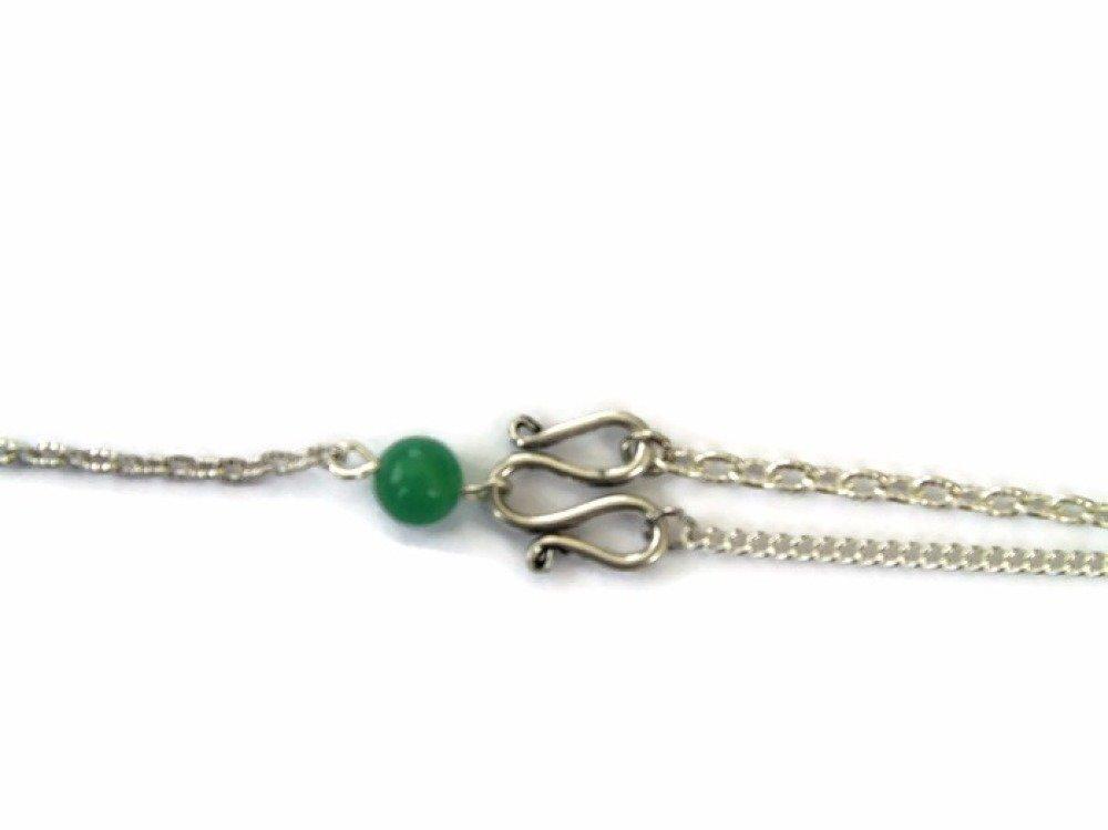 Bracelet assymetrique avec chaines argentées et perles