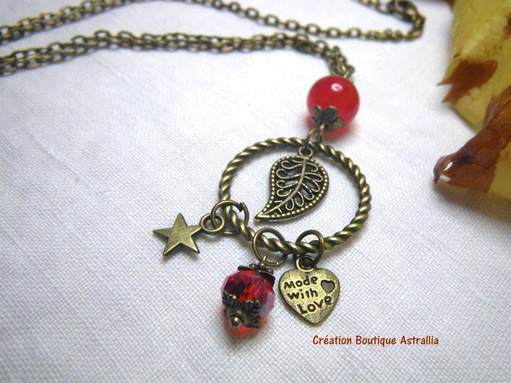 Collier avec perles rouges et breloques couleur bronze