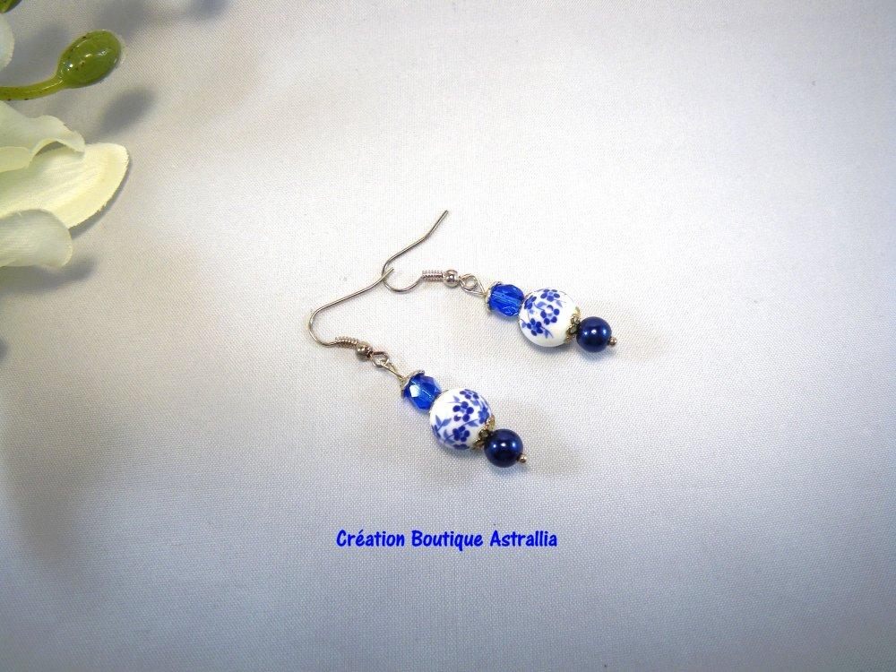 Boucles d'oreilles en perles de porcelaine fleurie et perles de verre bleu