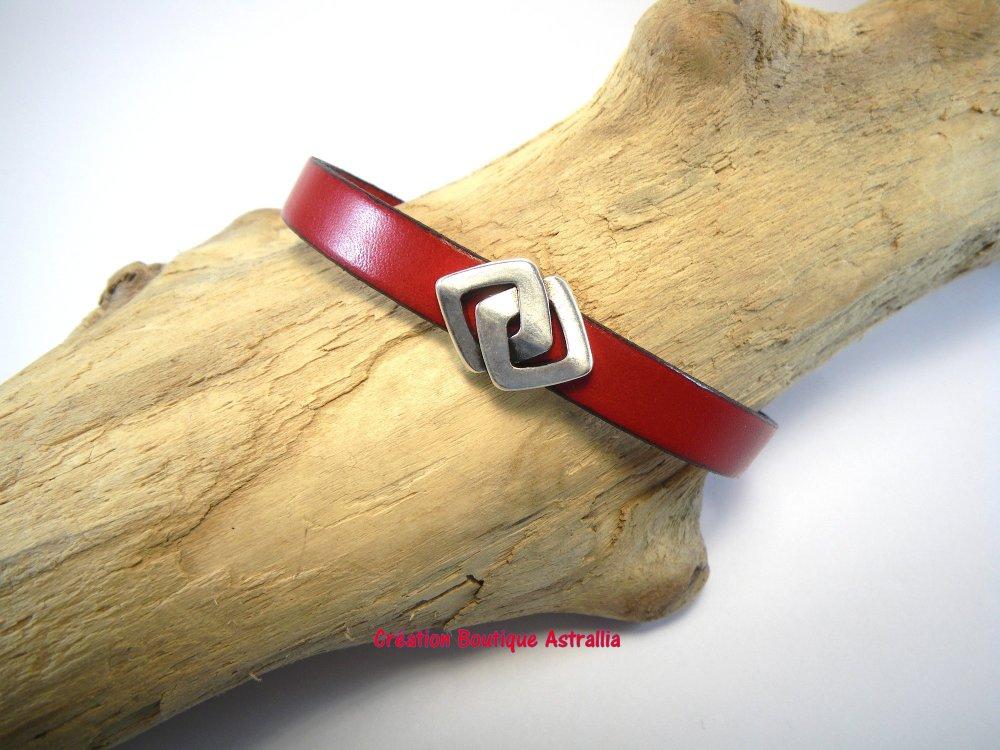Bracelet en cuir rouge avec passant forme double losange en métal argenté