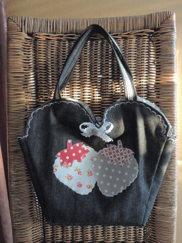 sac à mains en jean noir fraises