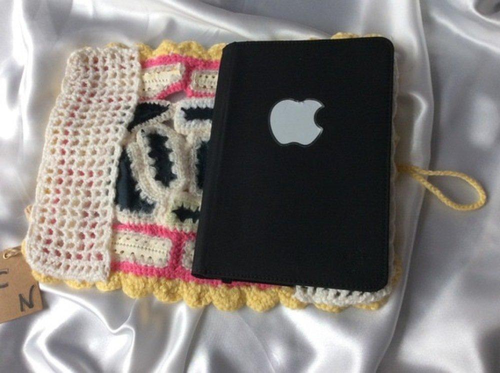 Housse au crochet de cuire et acrylique pour tablette,livre,carnet de santé