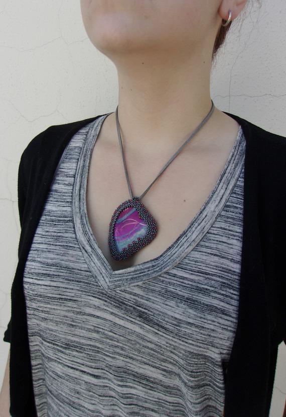 Collier pendentif, Collier brodé, Collier Cœur Agate rose, Pendentif Cœur, Agate veine de Dragon rose, Collier pendentif cœur
