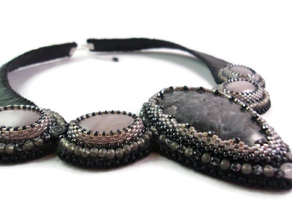 Collier Cuir Noir  brodé pierres fines, Ras du cou rose et noir, Collier femme Ras du cou, Plastron