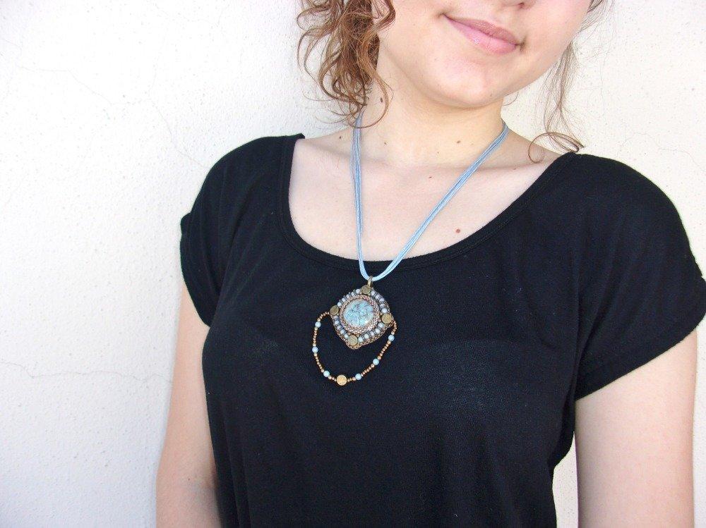 Collier pendentif femme bleu et bronze, tour de cou brodé, pendentif bleu et bronze, tour de cou coton, Collier multi rangs